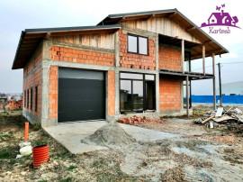 Casa la rosu in Nojorid