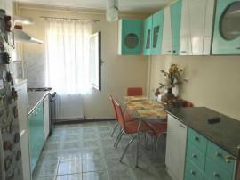 Apartament cu 4 camere, zona de jos, Onesti