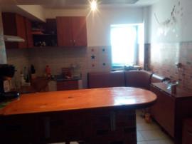 Apartament cu 4 camere, decomandat, 110m2, in Rovine