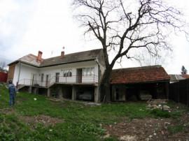 Casa cu front la 2 strazi si diverse anexe