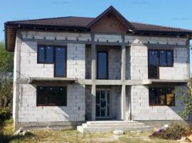 Casa spatioasa, 203 mp utili, curte 400 mp, Săbăreni