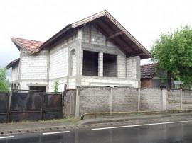 Casa in rosu in Soimus, soseaua Bradului, P+E, 200 mp
