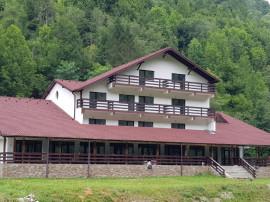 Pensiune / Hotel in Voineasa-Voinesita si teren intravilan