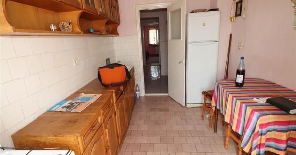 Apartament 3 camere, Strada Marasesti, de etaj 6 cu acoperi