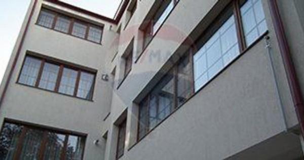 Casă / Vilă cu 9 camere de vânzare în zona P-ta Unirii