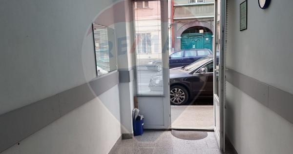 Spațiu comercial ultracentral de vânzare cu vitrina la ...